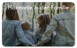 glückliche Familie sitzend im Wald