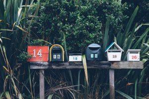 Briefkästen in einer Reihe