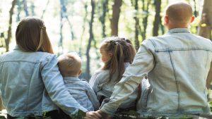 Eine glückliche Familie im Wald